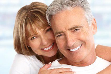 Ehepaar mit neuen Zähnen. Ihr Zahnarzt in Erding.